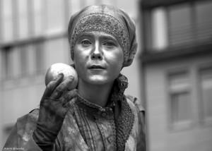 Die silberne Apfelfrau auf dem Hamburger Rathausmarkt.