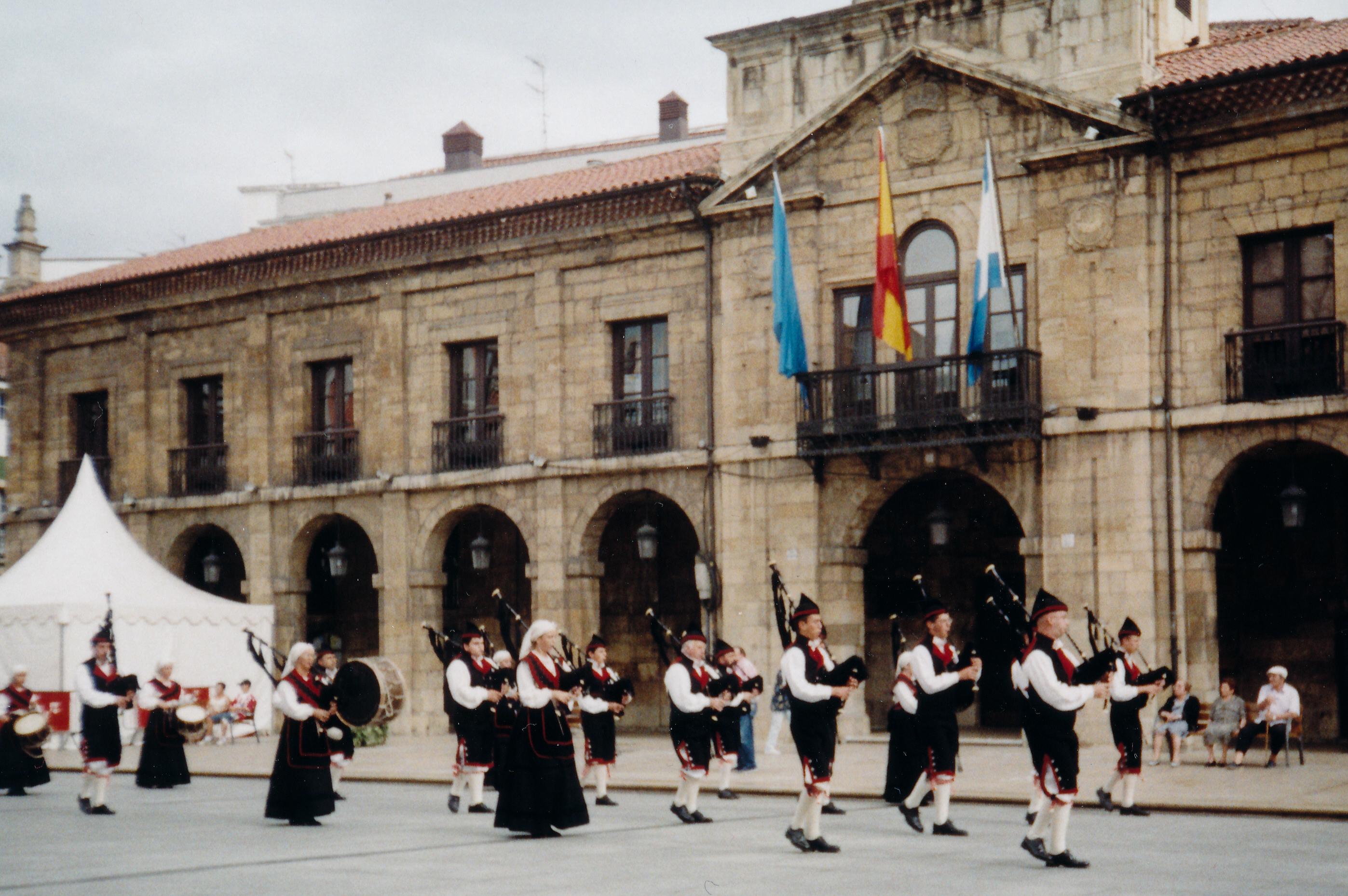 Eine asturianische Gaita-Gruppe vor dem Rathaus von Aviles.